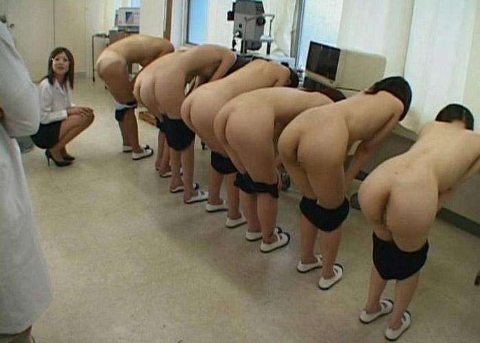 【羞恥系エロ画像】イジメ?またはパワハラの現場?大勢の前で裸体晒しを強要される美女たち(゜ロ゜ノ)ノ