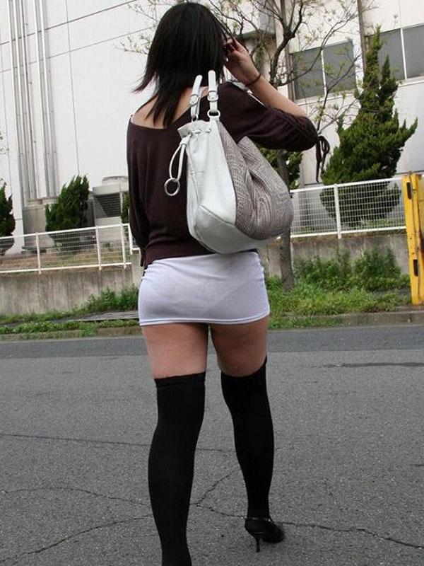 【ミニスカエロ画像】ちょ!もう見えてるΣ(||゚Д゚)覗くまでもなく尻まで見えてる超ミニスカ