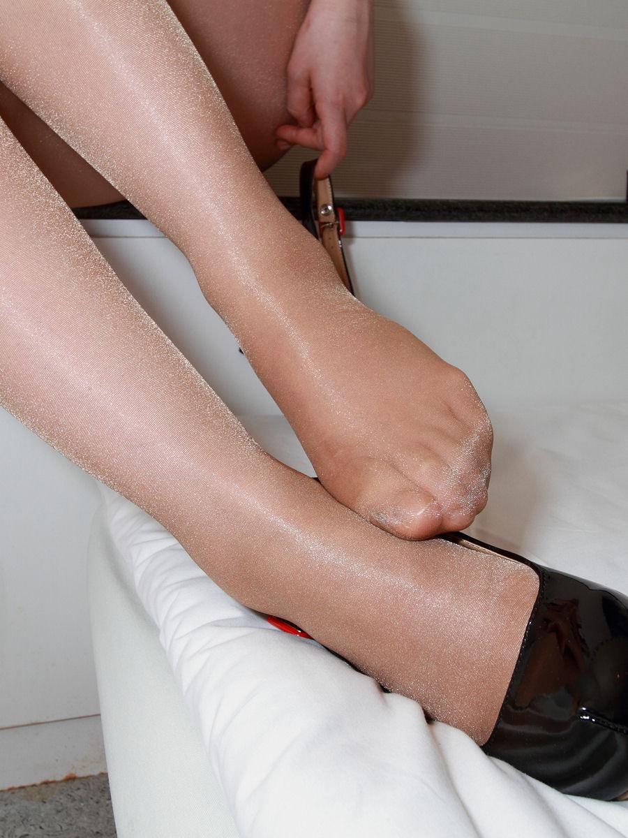【足フェチエロ画像】どの足でしてもらいたい?足コキに適してそうな女のパンスト足先(;´Д`)