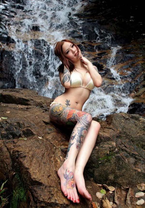 【タトゥー美人エロ画像】スタイル抜群エロBODY、ただし絶賛お絵かき込み… ω・`)