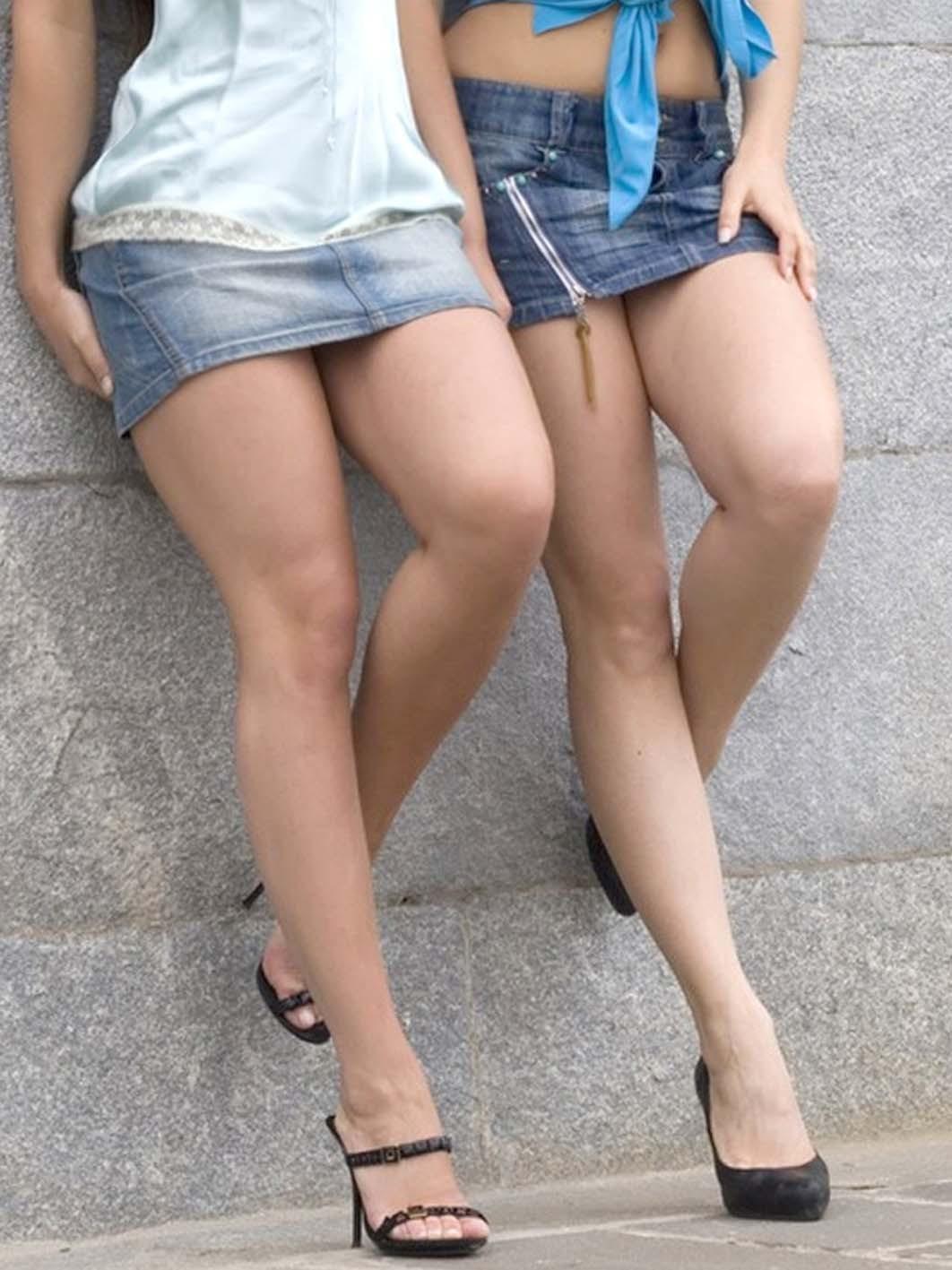 美脚が強調される街撮りデニミニ素人