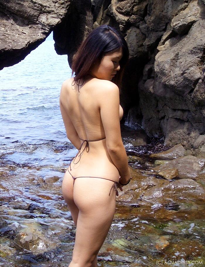 【水着エロ画像】とうとう素人の水着もここまで…ビーチに10人居たら昇天させられそうなTバックビキニ(*´д`*)