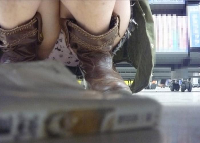 【パンチラエロ画像】見逃してはならない店内のパンチラスポット!棚の下から拝める股間の絶景(;´Д`)