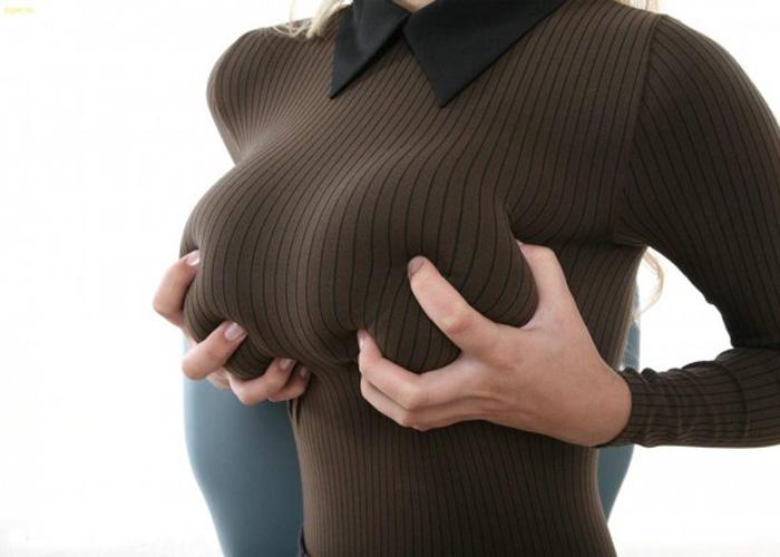 【着衣巨乳エロ画像】見ただけで暖かい気分になれる、股間が(;´Д`)ニット巨乳の反則な膨らみ