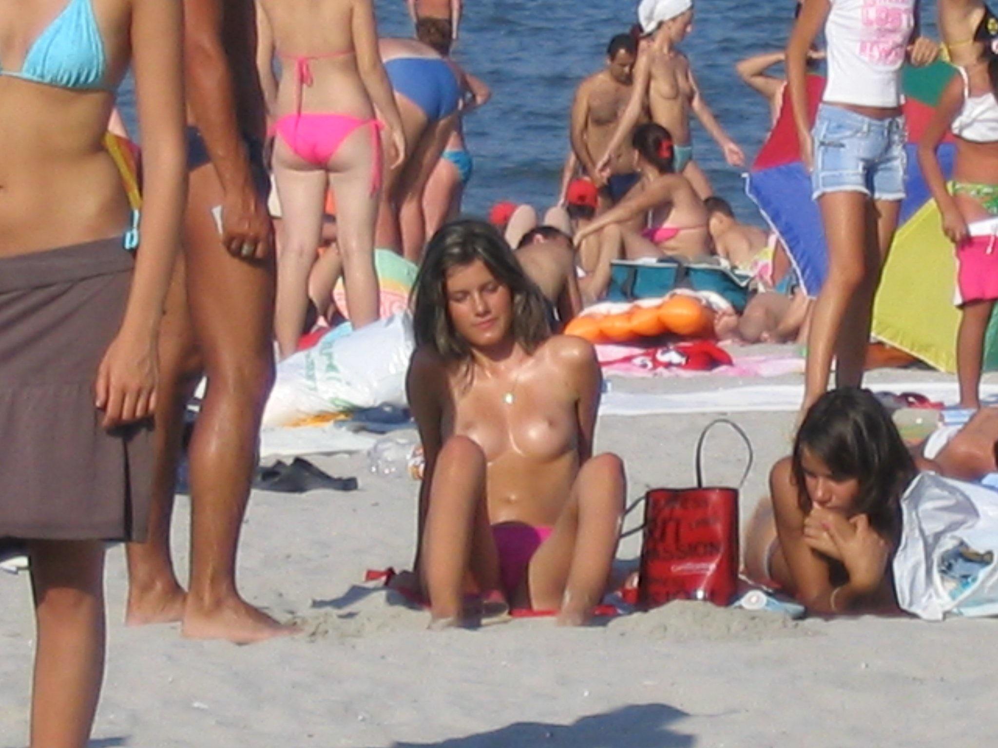 【海外エロ画像】おっぱい丸出しだけならお咎めない素敵な文化wwwトップレスで日光浴中のブロンド美女(*´д`*)