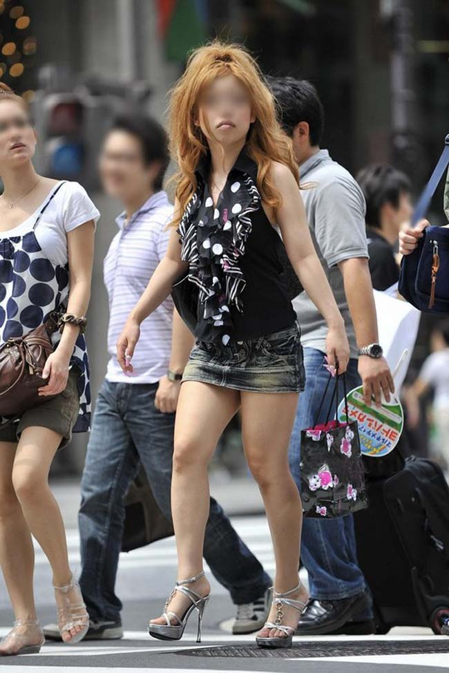 【ミニスカエロ画像】見えなかったら見るまで待機(`・ω・´)パンツ出そうなミニスカ街撮り