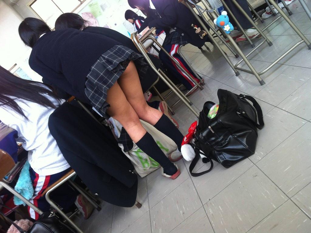 【発育中】学校で撮られたJKの写真で生態を調査してみるwwwwwwwwww