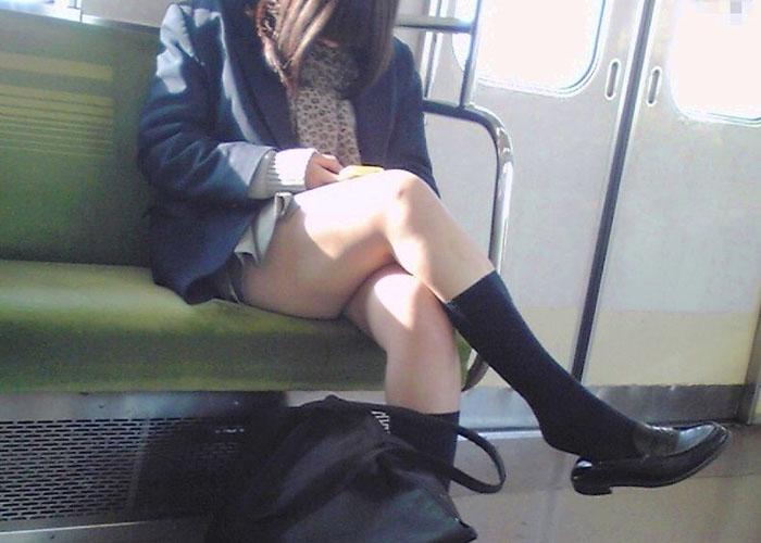 【制服エロ画像】クソッ、そんなミニスカで脚組んでチラつかせてくる最近のJKには渇!(#゚Д゚)