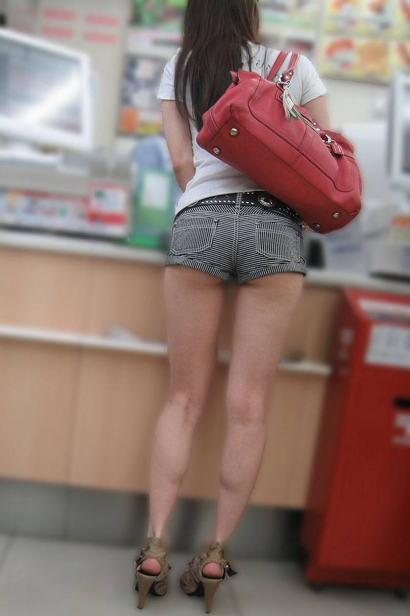 【ショーパンエロ画像】お尻の肉がチョイとハミ出したショーパン姿は外出ただけでもアウトレベル(*´д`*)
