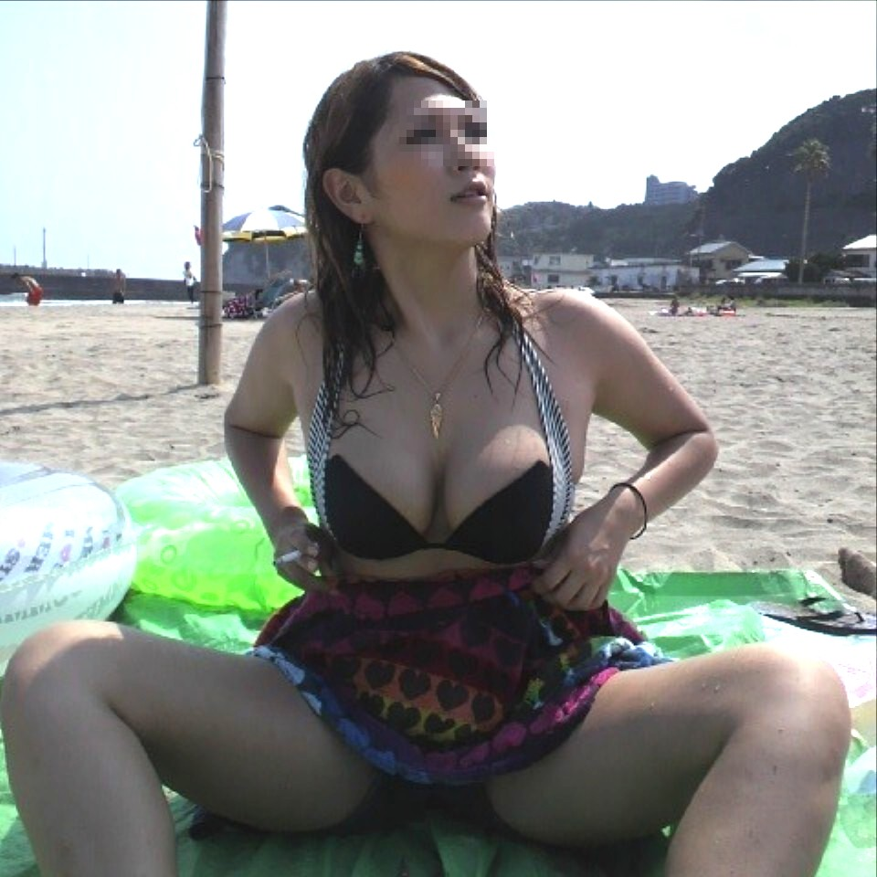 【水着エロ画像】今にも零れ落ちそう、むしろ落ちて欲しいビーチのギャルのビキニ乳(*゚∀゚)=3