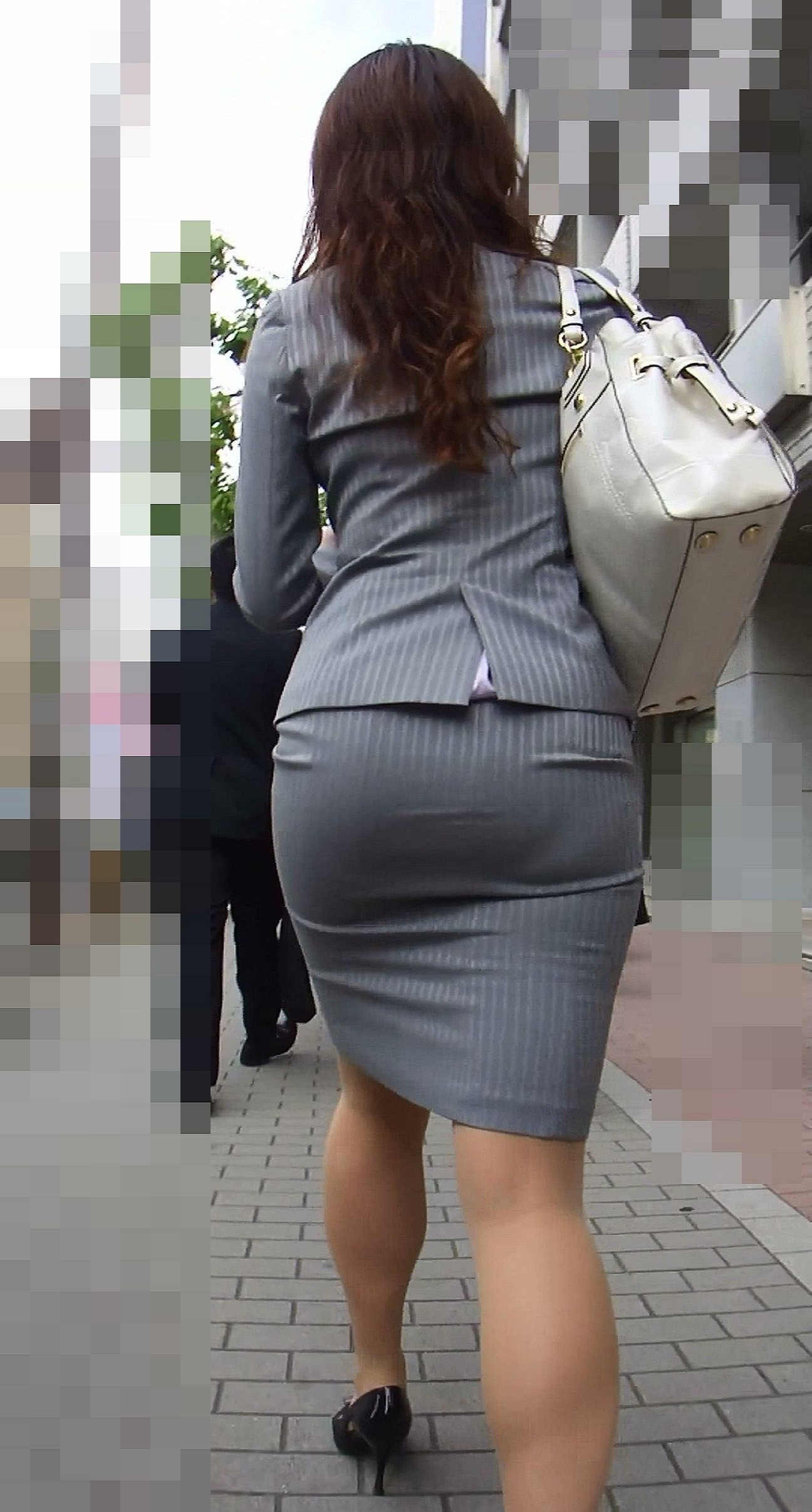 【透けパンエロ画像】タイトスカートのお約束…尻デカすぎるから張った布越しに下着が浮いてる(*゚∀゚)=3