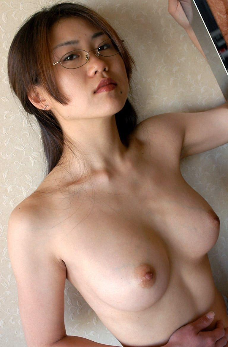【眼鏡エロ画像】地味めだとポイント高いですwwwムッチリ巨乳の女子にはめがねが一番似合う┏◎-◎┓