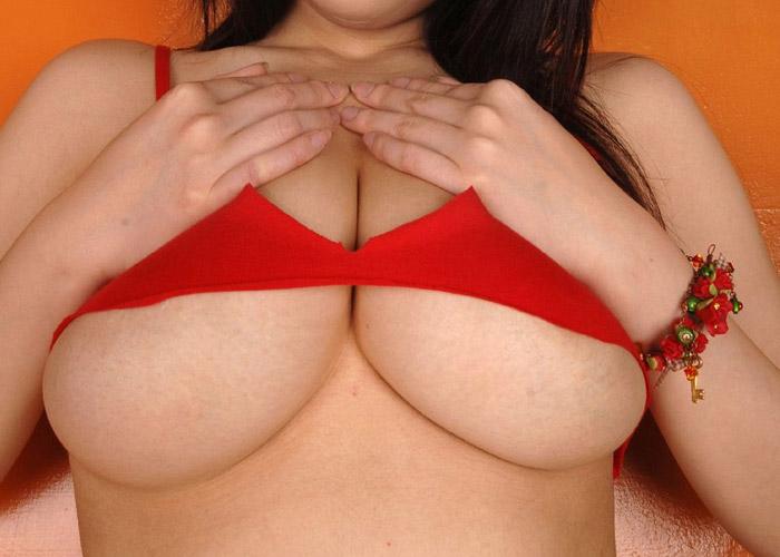 ハミ出した下乳のエロ画像