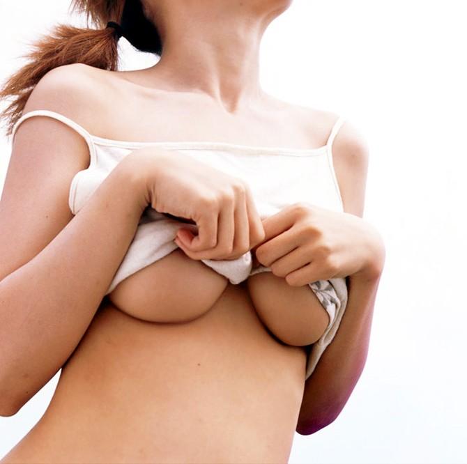 【巨乳着エロ画像】今にも落ちそうで…落ちてはくれない下乳の膨らみは焦れつつも抜ける(;´Д`)