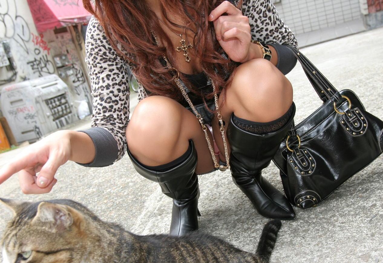 【パンチラエロ画像】座ったミニスカは見逃しちゃダメよ~( ´∀`)見ていいじゃないのしゃがみパンチラ