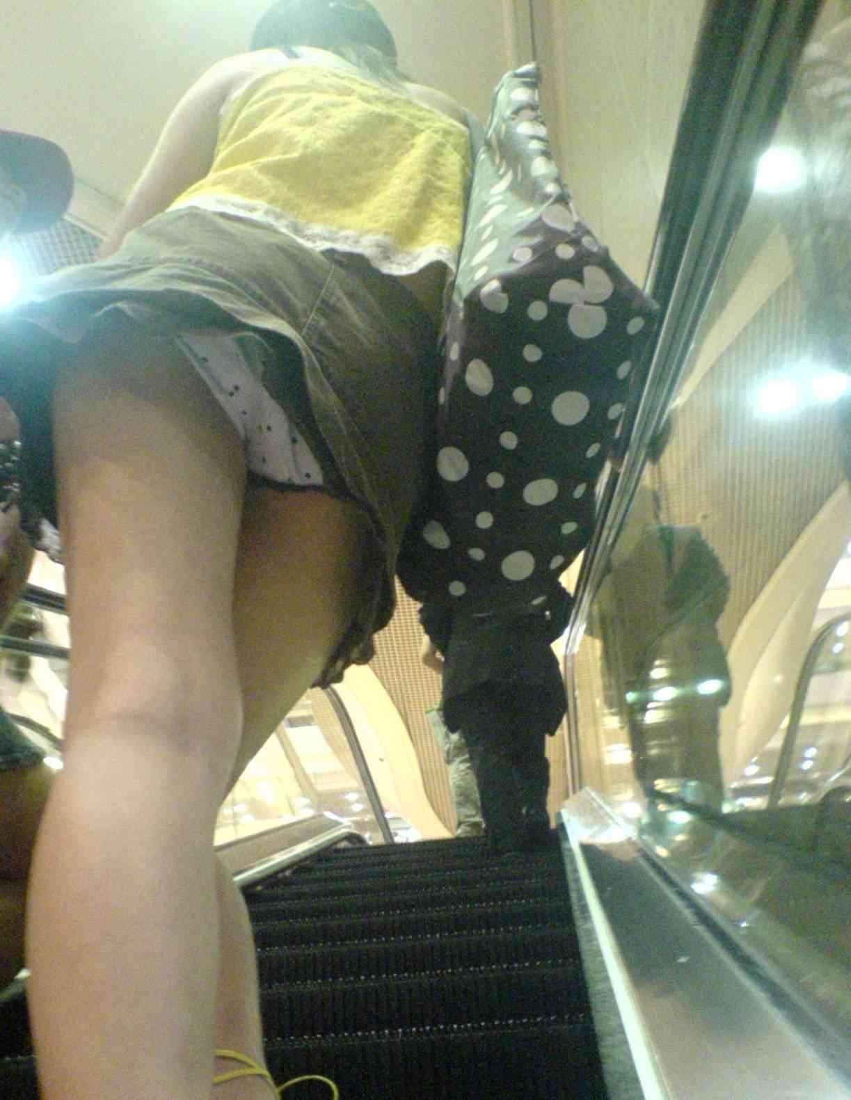 【パンチラエロ画像】エスカレーターの上部に存在するパンチラ絶景を口開けながら見てた(゚д゚)