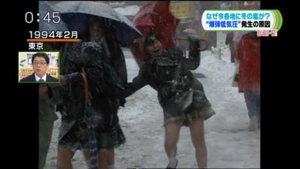 【大雪】JKが転びそうになってパンツが…地上波でそのまま放送…(※画像あり)