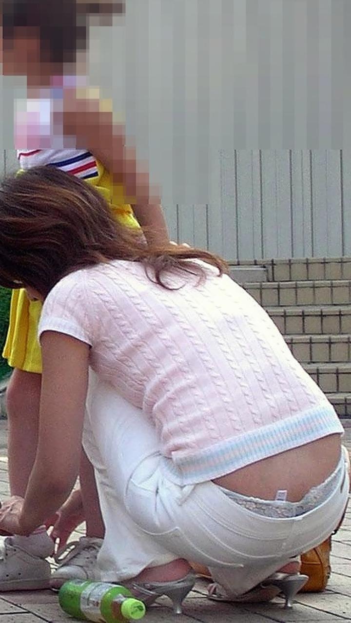【パンチラエロ画像】人の嫁の無防備な姿と思うと…ママさんの隙だらけパンチラ(*゚∀゚)=3