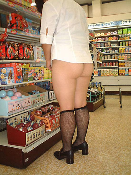 【素人露出エロ画像】店内でさりげなーく…のつもりでも周りには必死にスルーされてる露出マニア達(;´Д`)