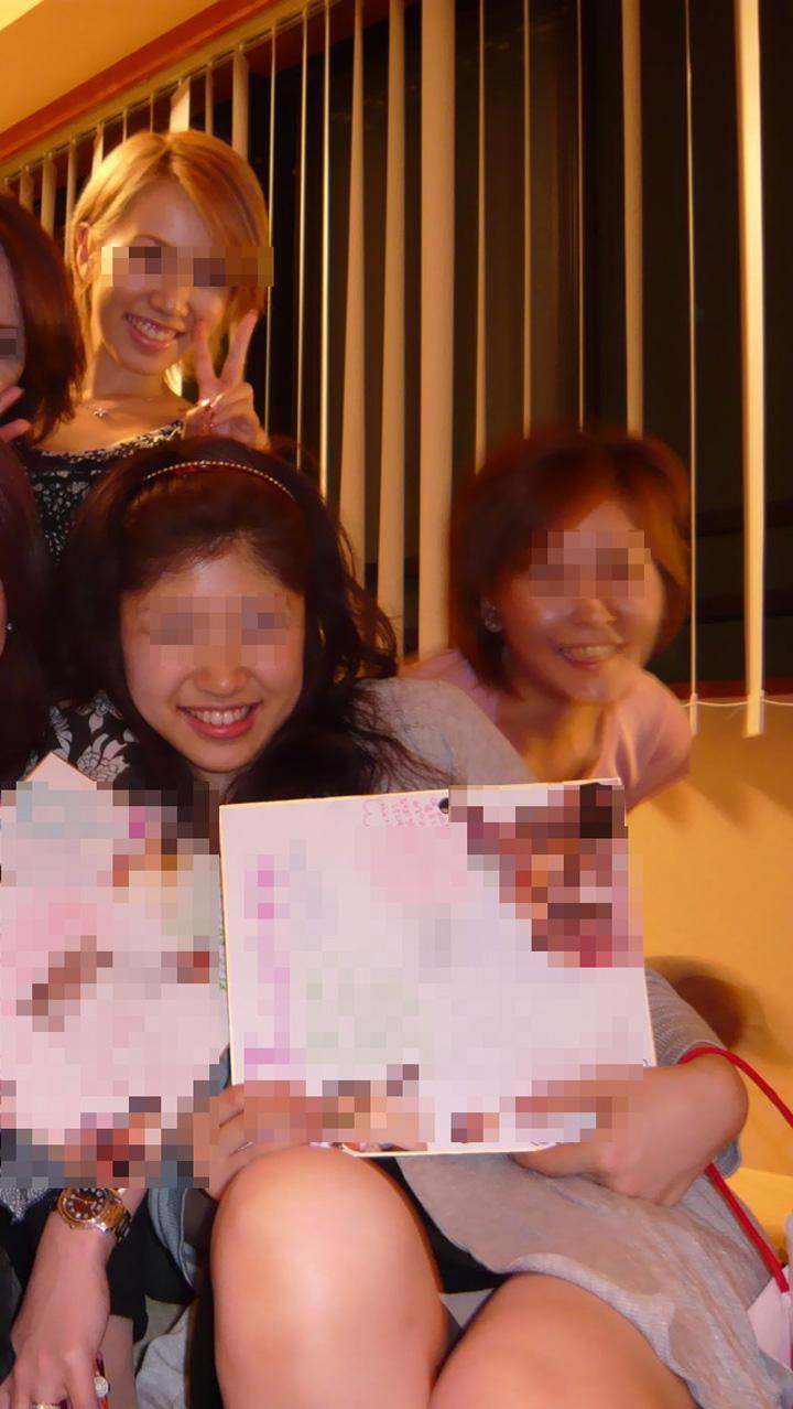 【パンチラエロ画像】パーティーで浮かれているからこんなパンチラしちゃう方々m9( ´,_ゝ`)