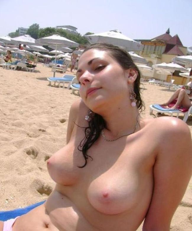 【海外エロ画像】正月にこういうビーチでトップレス美女と戯れられるのはまだ遠いorz