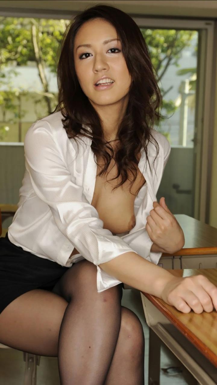 【女教師エロ画像】こういう若くてスケベな先生がいたら薔薇色の青春は間違いなかったのに|ω・`)