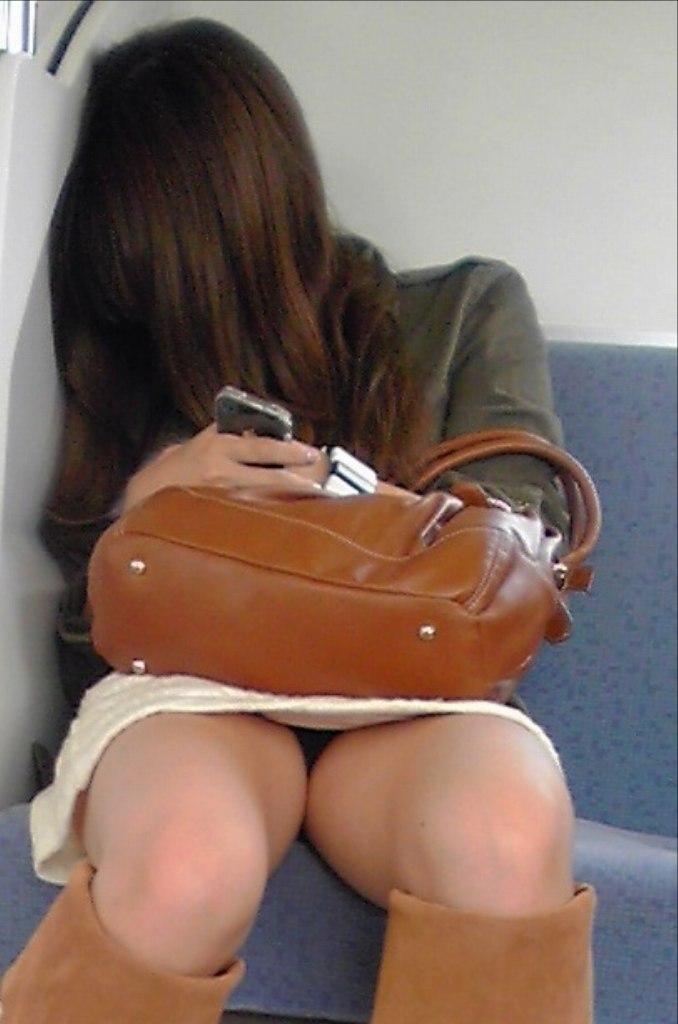 【パンチラエロ画像】ミニスカ女性が座る対面は貰った!▼から覗く下着を見放題(*´Д`)