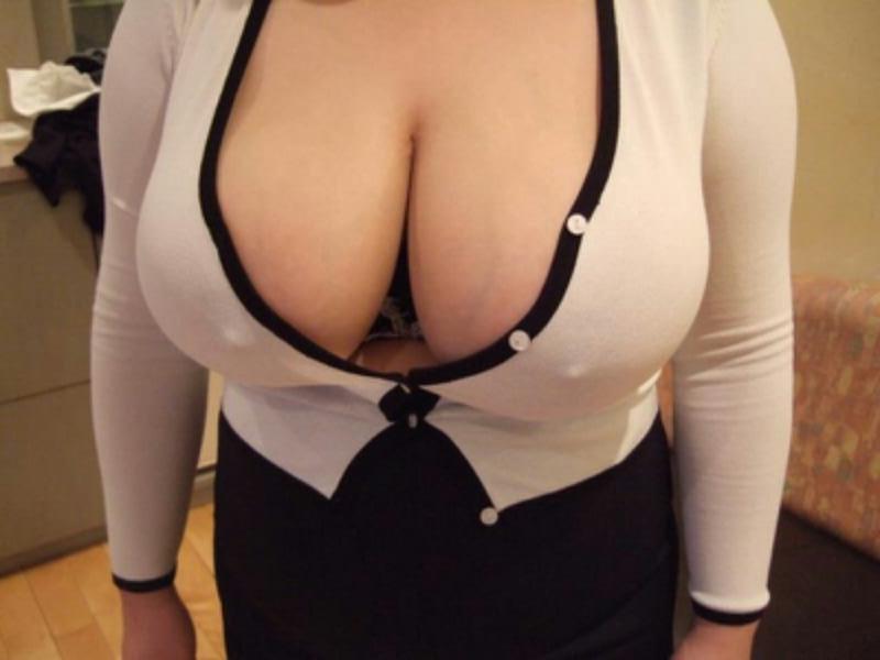 【着衣巨乳エロ画像】どんなおっぱいしているか妄想を掻き立てる効果がある胸の谷間画像(*´д`*)