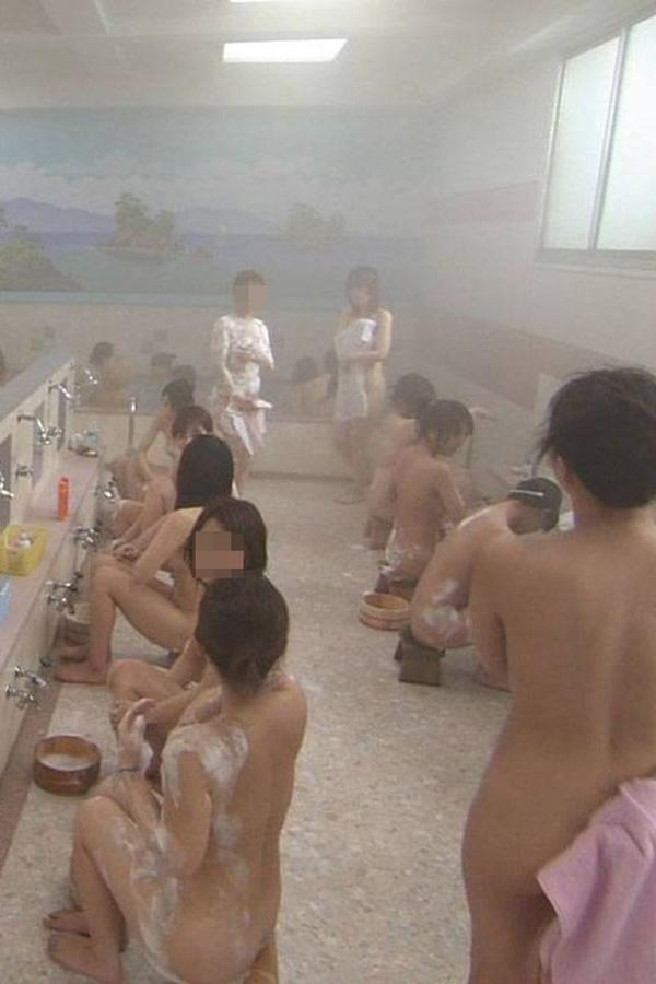 【女湯エロ画像】一緒に暖まりたい…お風呂ではしゃぎ合う全裸女たちをこっそり覗き見(*゚∀゚)=3