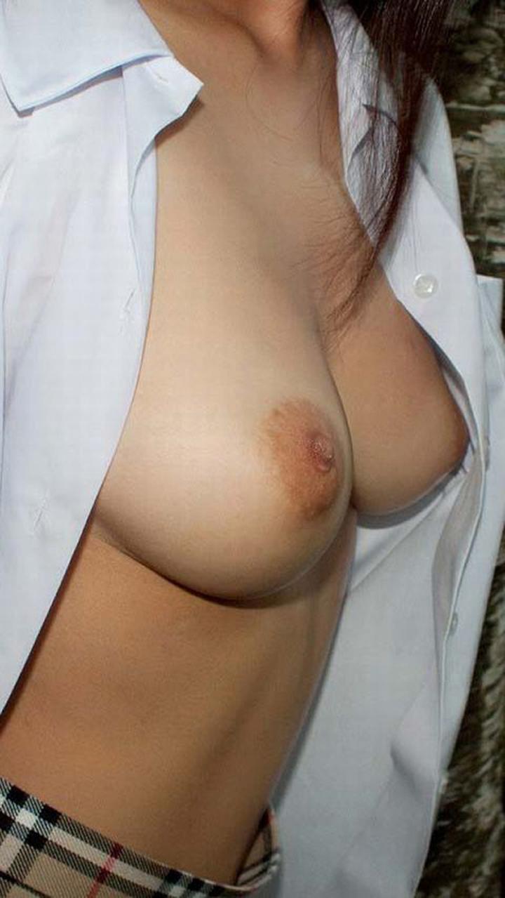 【巨乳コスプレエロ画像】ブラウス脱ぎ捨てて…顔と胸のギャップが大きいほど萌えるJKコスとたわわな巨乳(*´д`*)