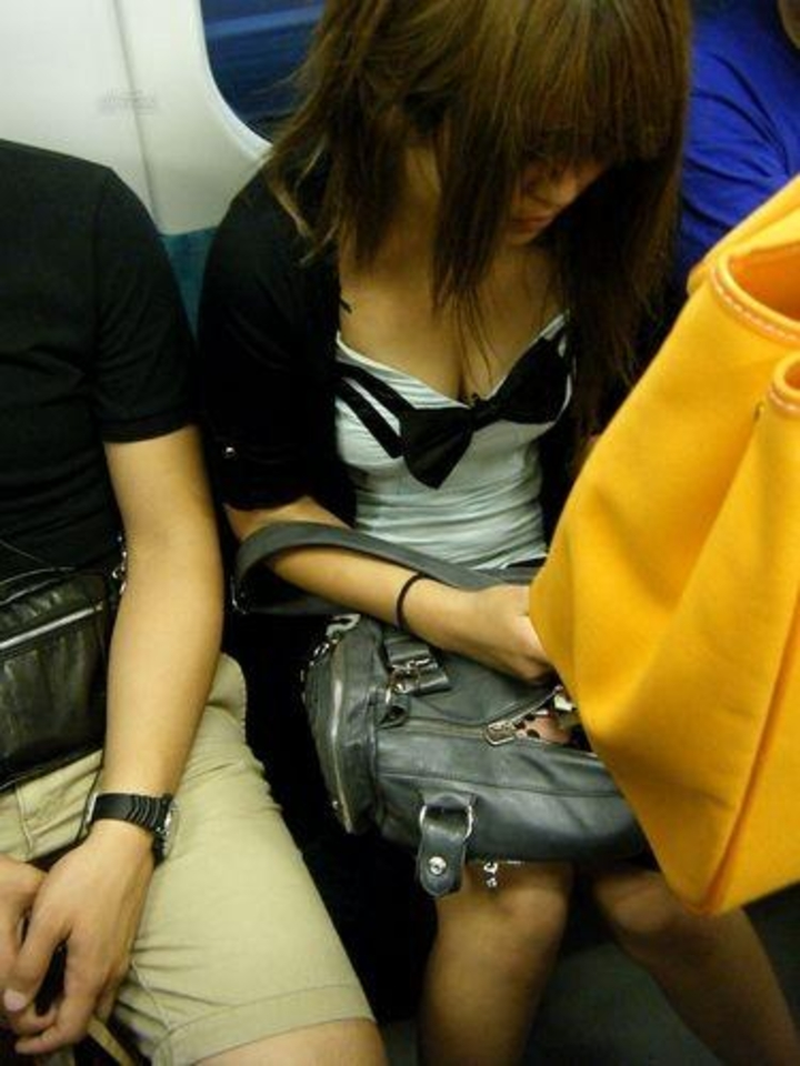 【胸チラエロ画像】電車の扉付近を定番の立ち位置にして着衣巨乳と胸チラ覗き放題(*゚∀゚)=3