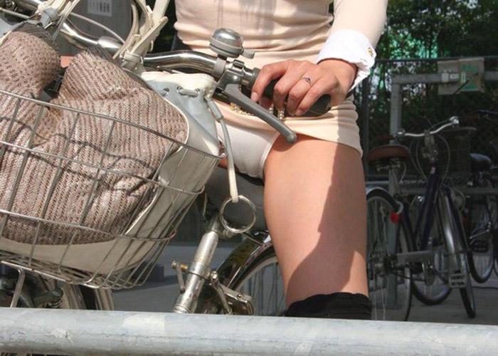 【自転車女子エロ画像】乗った時点で露になる脚と下着…ミニスカ女にはチャリをどうぞ(*゚∀゚)=3