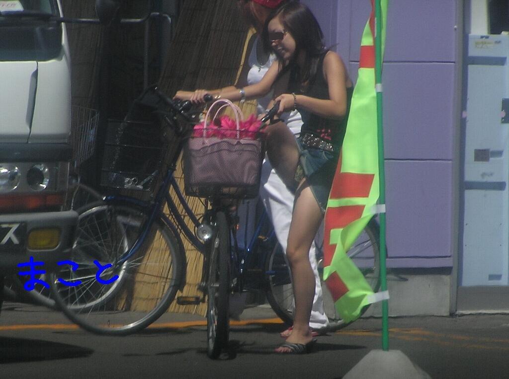 【パンチラエロ画像】何かに夢中な女の下半身は隙だらけなので、それに乗じてパンチラGET!(*゚∀゚)=3