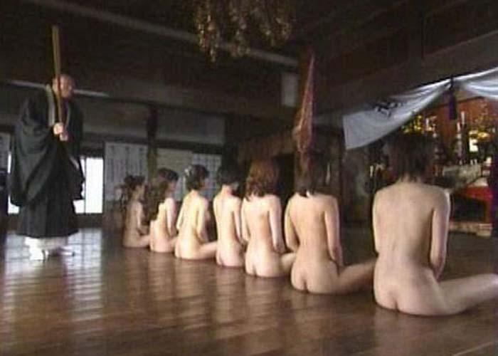 【シュール系エロ画像】んな格好じゃ余計煩悩が出るわ!全裸で座禅を組む女達(゜ロ゜ノ)ノ