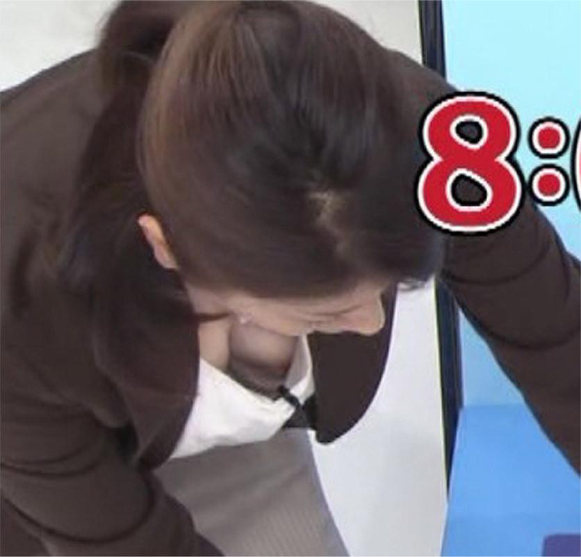 【放送事故エロ画像】まさかテレビで乳首が…OA後はどう対応するのか気になる乳チラハプニング(:.;゚;Д;゚;.:) 01