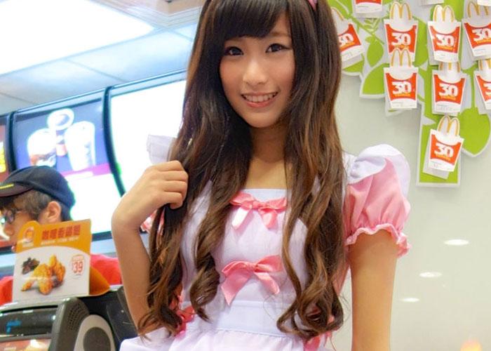 【海外コスプレ微エロ画像】台湾のマ○ドは超カワ店員のスマイルにコスプレがついてくるってマジか(*´д`*)
