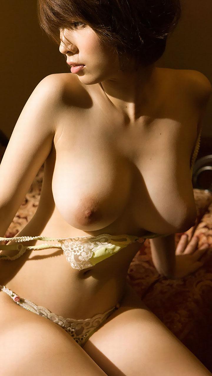 【脱衣エロ画像】テンション上がって暴走しかねない、女がブラを脱いでおっぱい晒す瞬間(*゚∀゚)=3