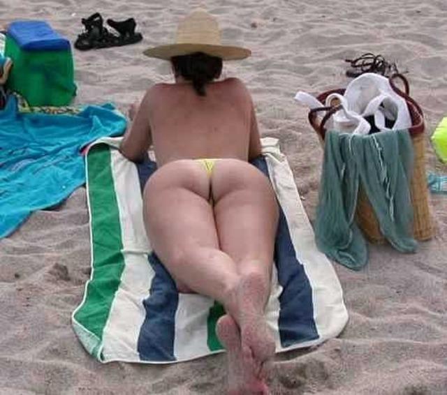 【水着エロ画像】他に人がいなきゃイタズラしてやりたい日光浴中の水着ギャル(*´д`*)