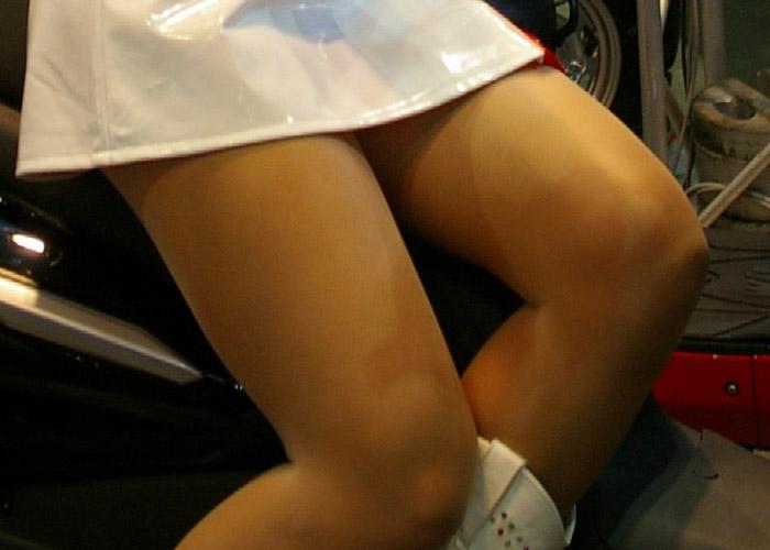 【キャンギャルエロ画像】やはりキャンギャルの魅力は美脚!写メられまくりのムッチリ下半身(*´д`*)