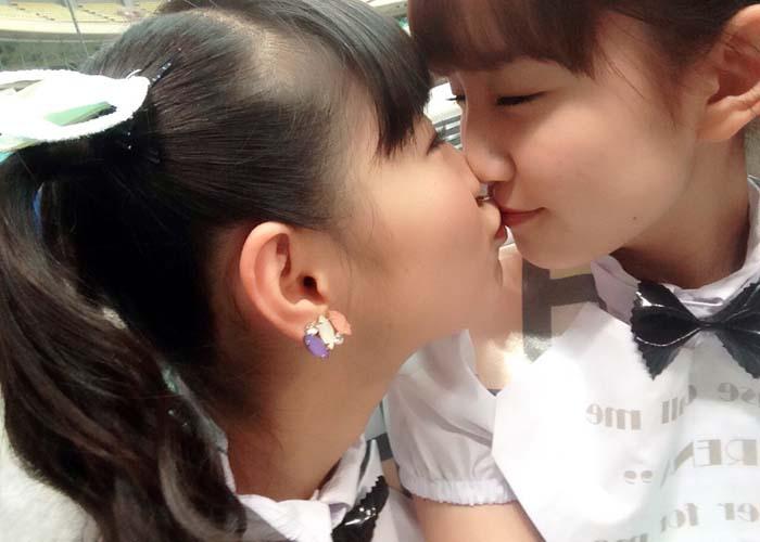 【レズビアンエロ画像】おい!女の子たちってこんなに平気で唇でキスしちゃうのか!?(*´д`*)