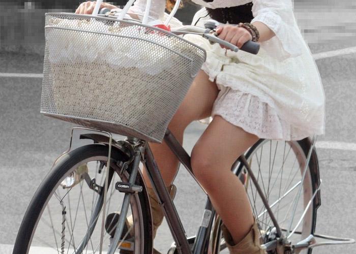 【パンチラエロ画像】恥じらいよりも利便性を優先するから…ミニスカ女の自転車パンチラ(*´д`*)