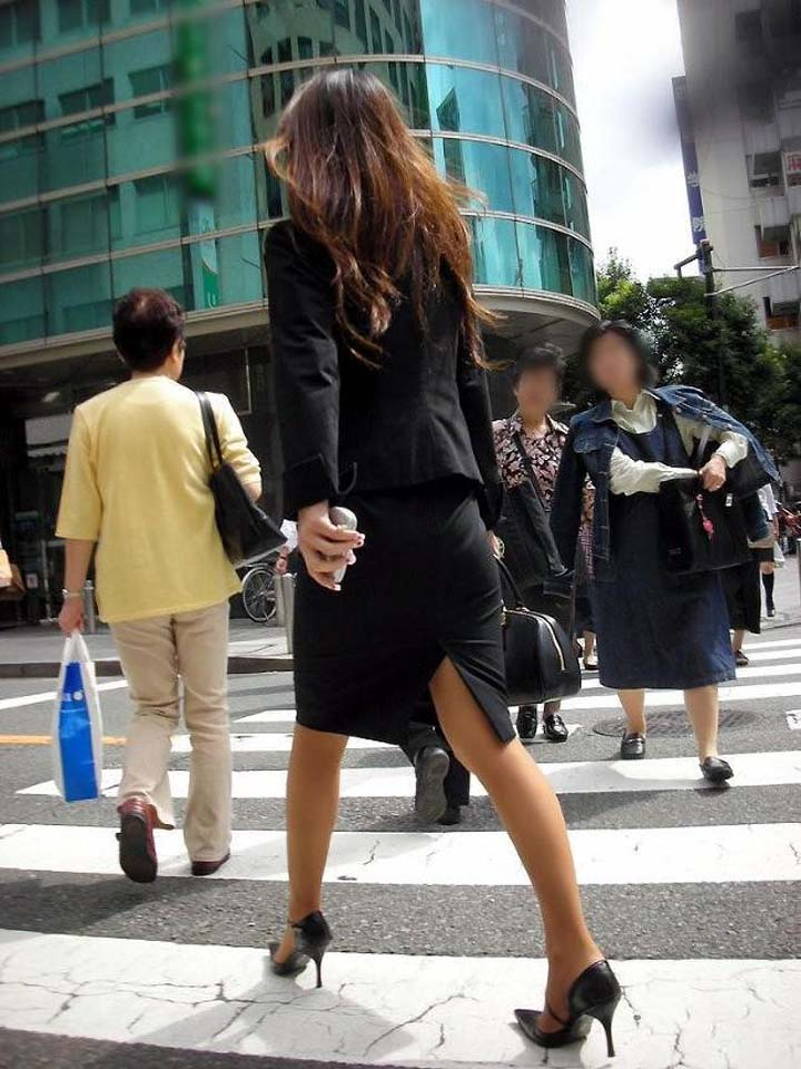 【スカート&美脚エロ画像】下手すりゃ見えちゃう際どい切れ込み!スリットつきスカートから覗く美脚と下着(*゚∀゚)=3