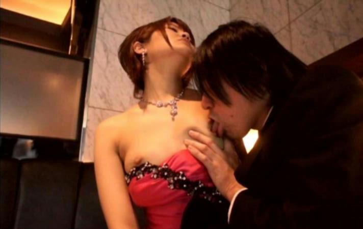 【乳舐めエロ画像】ただ吸うだけじゃダメ!やり方次第で濡れ方も変わる舌で乳首責め(*´3`)