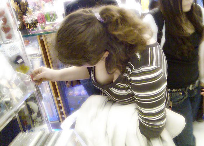 【胸チラエロ画像】胸元の霜降りやっべwwwわざとにしか思えない一般人の胸チラで勝手に誘惑(*´Д`)