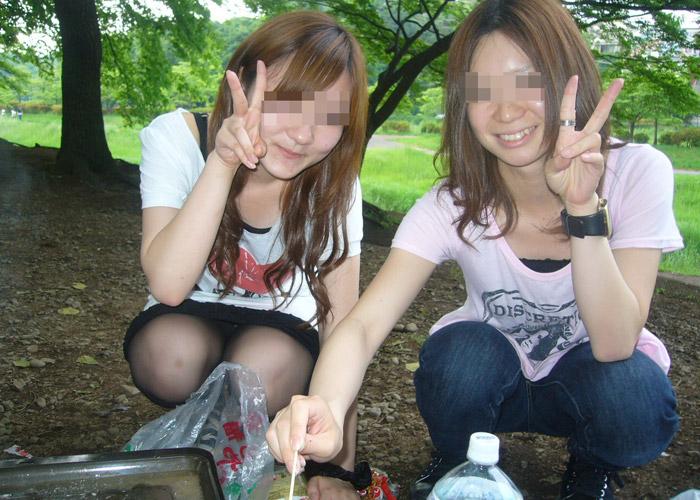【パンチラエロ画像】ピースしたら股も緩まるw迂闊な女子たちの記念写真パンチラ(;´Д`)