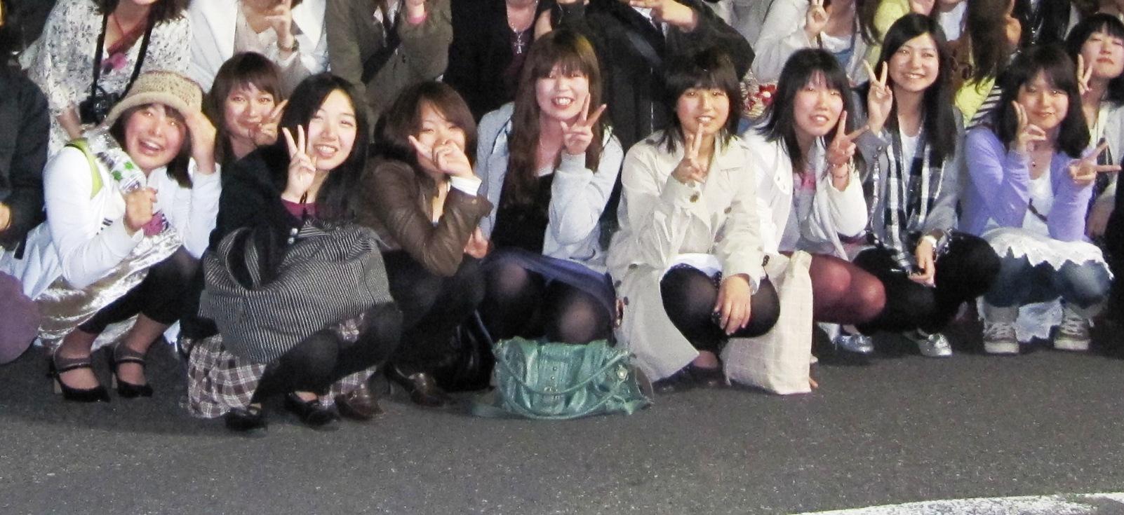 【集合写真パンチラ】集合写真で前列にスカートの女子が座ったら大チャ~ンス【拡大ありっすよ】