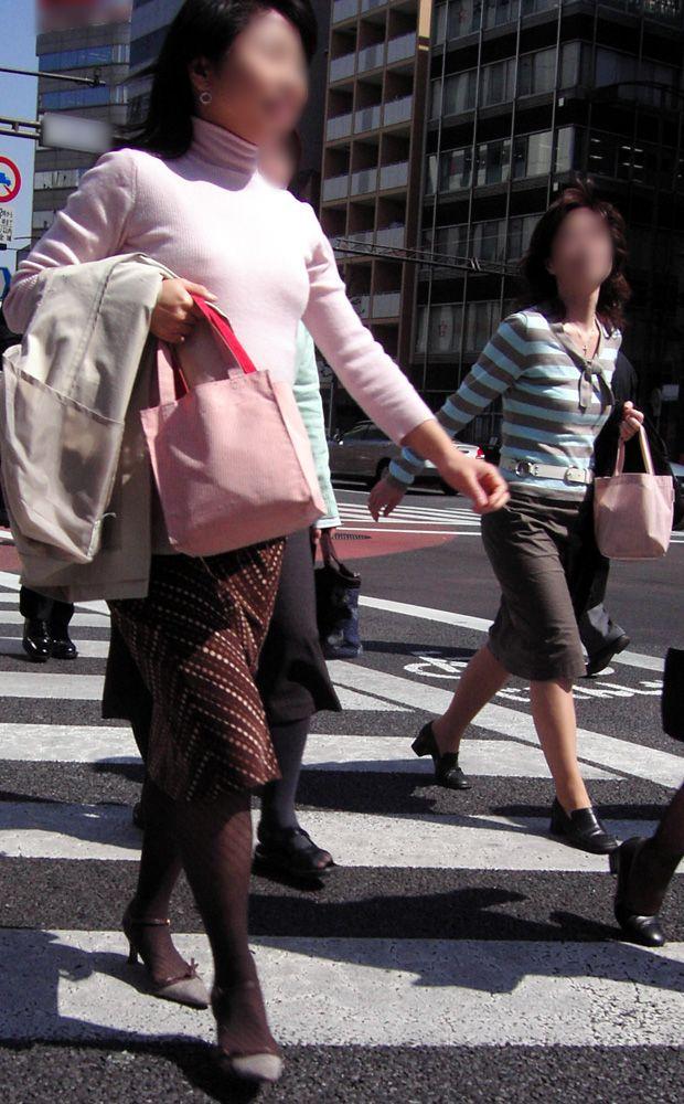 【ノーブラ女エロ画像】外国人はブラが嫌い!?至るところでチクポチお姉様と会える海外(*゚∀゚)=3