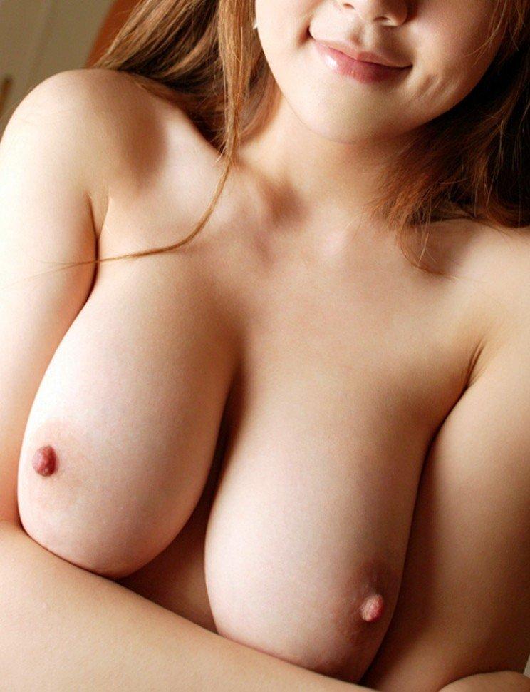 【乳首エロ画像】先まで尖って主張する綺麗な乳首…これは今すぐ行って吸ってやらねば(*´д`*)