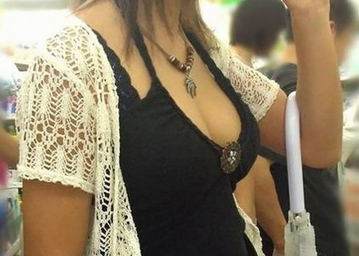 【着衣巨乳エロ画像】フリーだったら揉む権利が欲しいねw街角の着衣巨乳な女撮り(*´д`*)