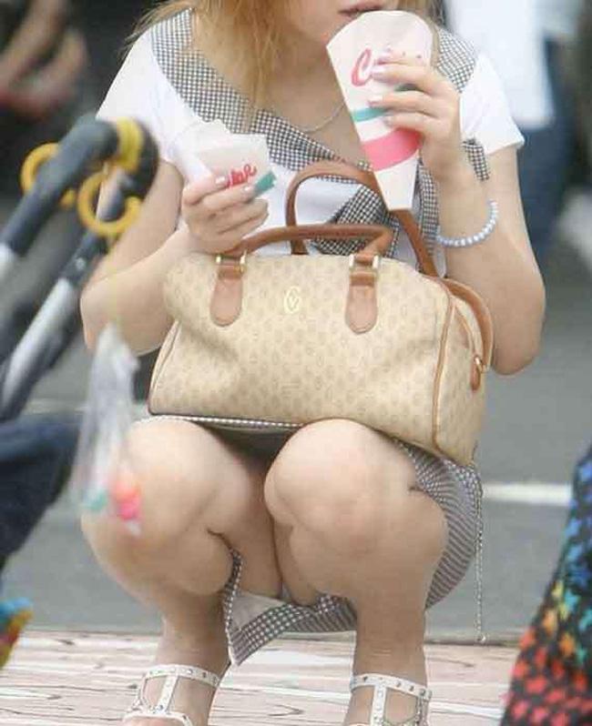 【ママチラエロ画像】街のママさ~ん、そんなにパンツ丸見えだと旦那がおこですよ(;´Д`)